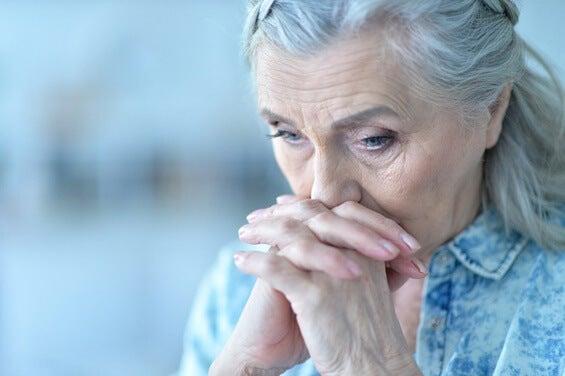 mujer mayor preocupada representando la necesidad de ayudar a una persona mayor