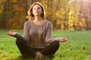 Mujer meditando por el coaching zen