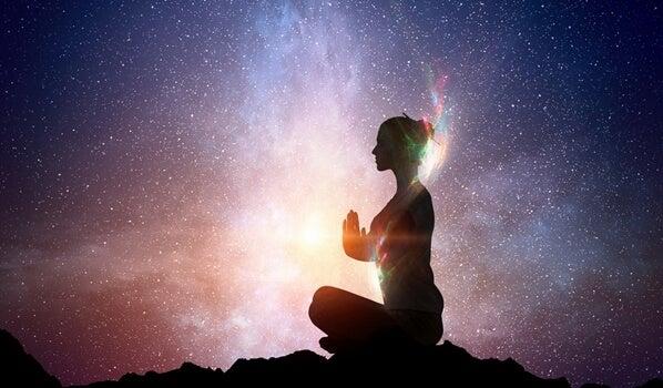 mujer intentando despertar la luz que llevamos dentro gracias al coaching zen