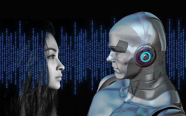 Mujer mirando a un robot