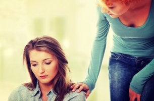 Mujer preocupada porque no saber responder a las críticas