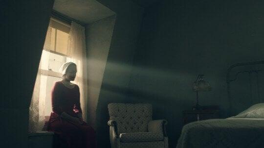 Mujer sentada en la ventana