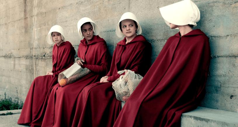 Mujeres sentadas hablando