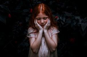 niña pelirroja que se coge el rostro representando las frases para las personas altamente sensibles (PAS)