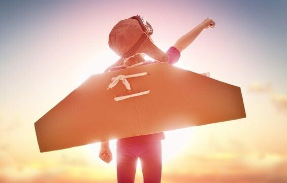 Niño con alas de avión representando autonomia