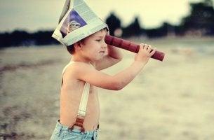 pequeño mirando por catalejo representando cómo criar niños independientes