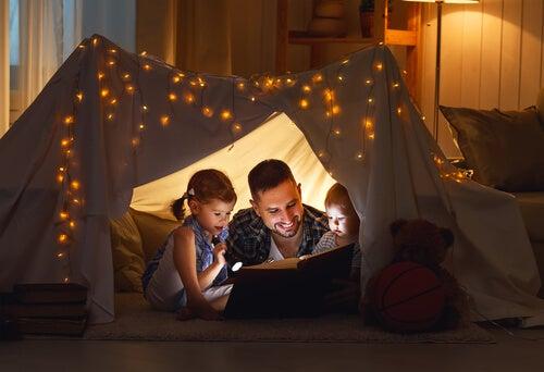Padre leggendo storie ai più piccoli