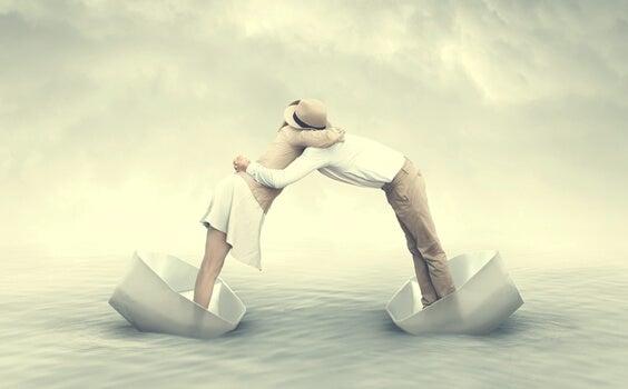 pareja con personalidad camaleónica abrazada desde dos barcos