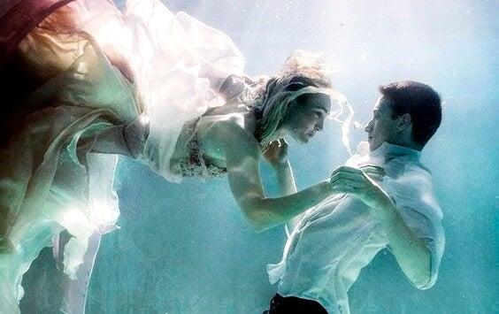 pareja debajo del agua representando las frases de La insoportable levedad del ser