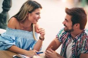 Pareja con conexión emocional hablando