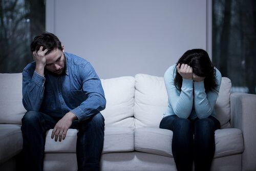 Pareja triste por las consecuencias de la sexsomnia