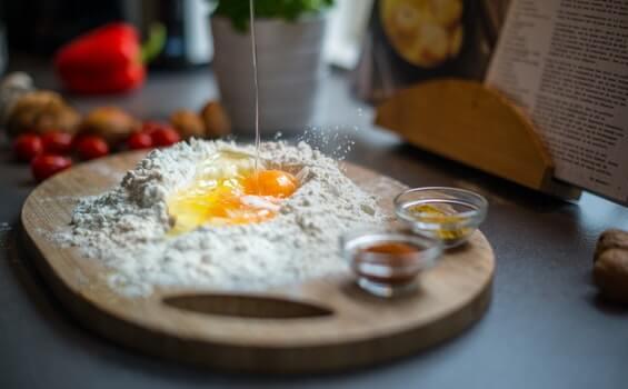 huevos sobre tabla en la cocina