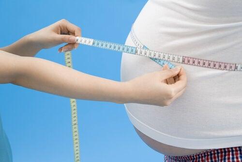 Persona con obesidad midiéndose la barriga
