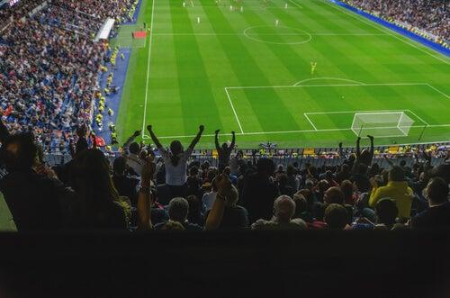 Personas viendo un partido de fútbol
