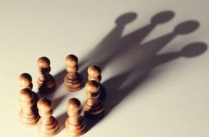 piezas de ajedrez representando los sesgos cognitivos