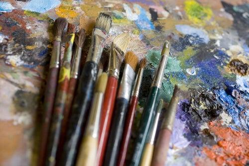 Pinceles con pinturas