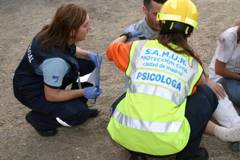 Psicóloga atendiendo a personas en un accidente