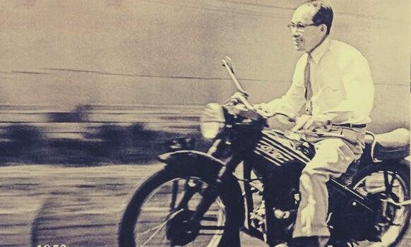 Soichiro Honda con su moto