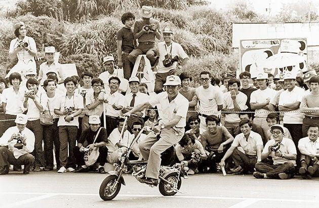 Soichiro Honda con equipo de trabajo