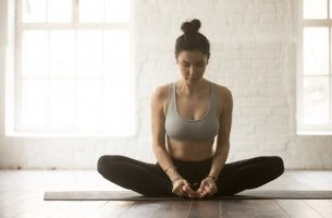 Chica practicando yoga para calmar el dolor de espalda