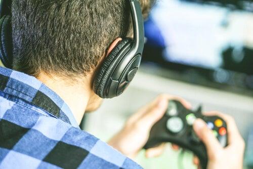 Adolescente jugando a los videojuegos