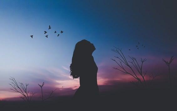 mujer al amanecer que busca aprender a valorarse