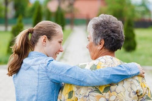 Chica cuidando de su abuela