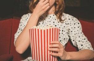 Chica joven en el cine