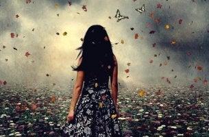chica rodeada de mariposas haciendo uso de la resistencia