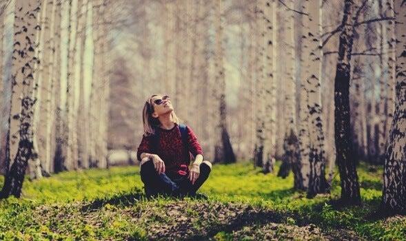 chica sentada en el bosque simbolizando a los solteros felices