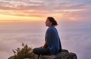 chica sentada en el silencio de una montaña