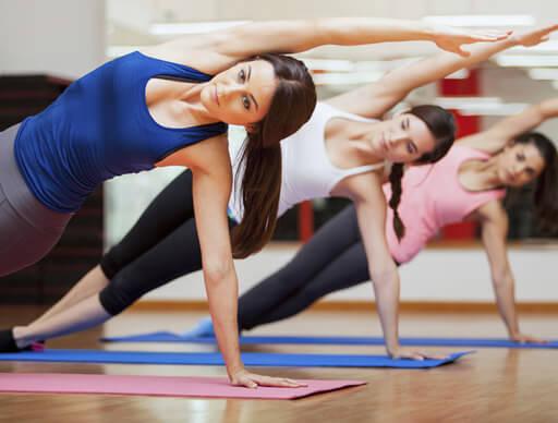 chicas realizando ejercicios de pilates para principiantes