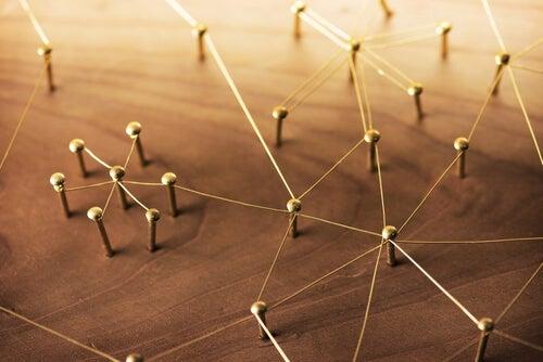 Clavos unidos por hilos simbolizando el efecto de la familia invalidante