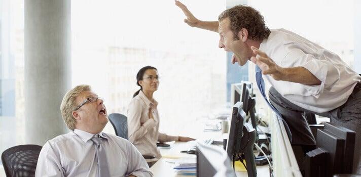 Compañeros de trabajo discutiendo