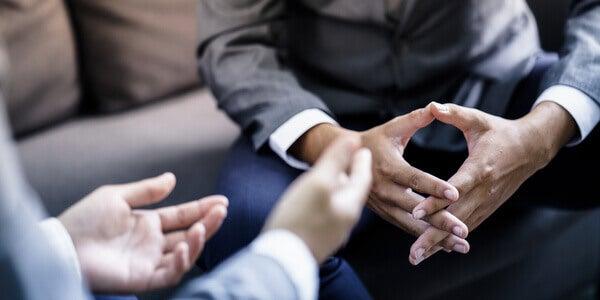 Dos hombres teniendo una conversación sobre la comunicación persuasiva