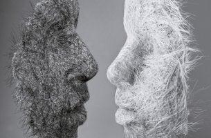 Dos máscaras mirándose de frente para representar la formación reactiva