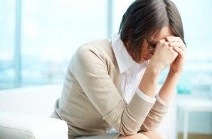 Enfermera cansada para representar el síndrome de burnout en los profesionales de la salud