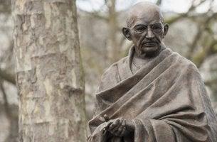 Estatua de Gandhi representando sus teorías sobre los pecados sociales