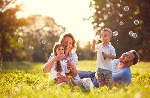 Familia en el campo haciendo pompas