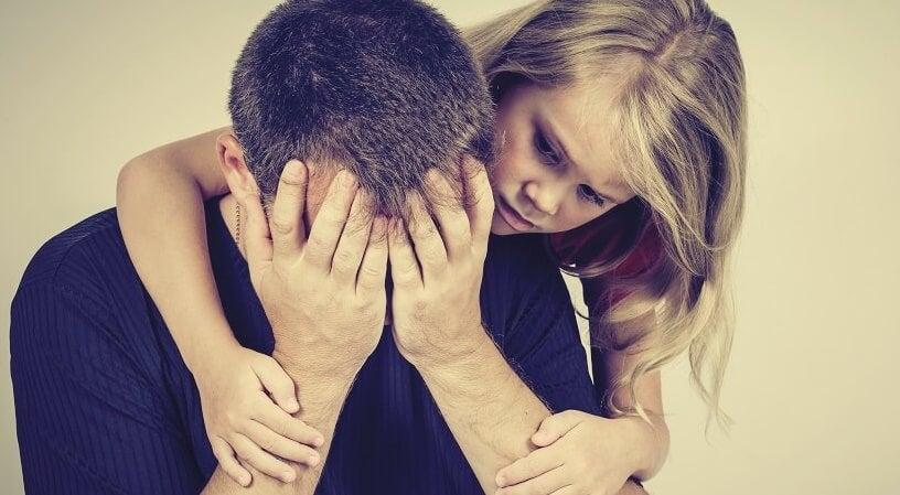 niña con su padre que representa a los hijos de padres con personalidad paranoide