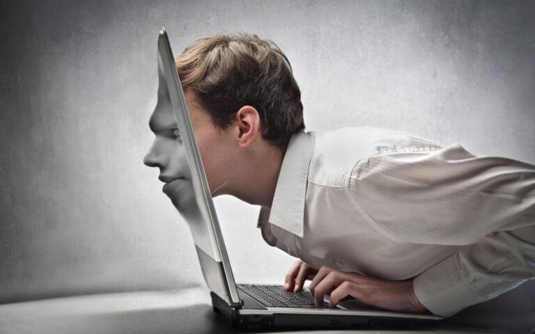 Hombre adicto a Internet