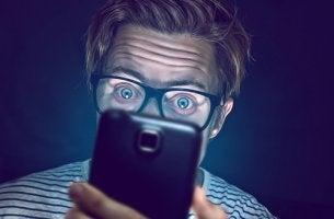 Hombre adicto al móvil