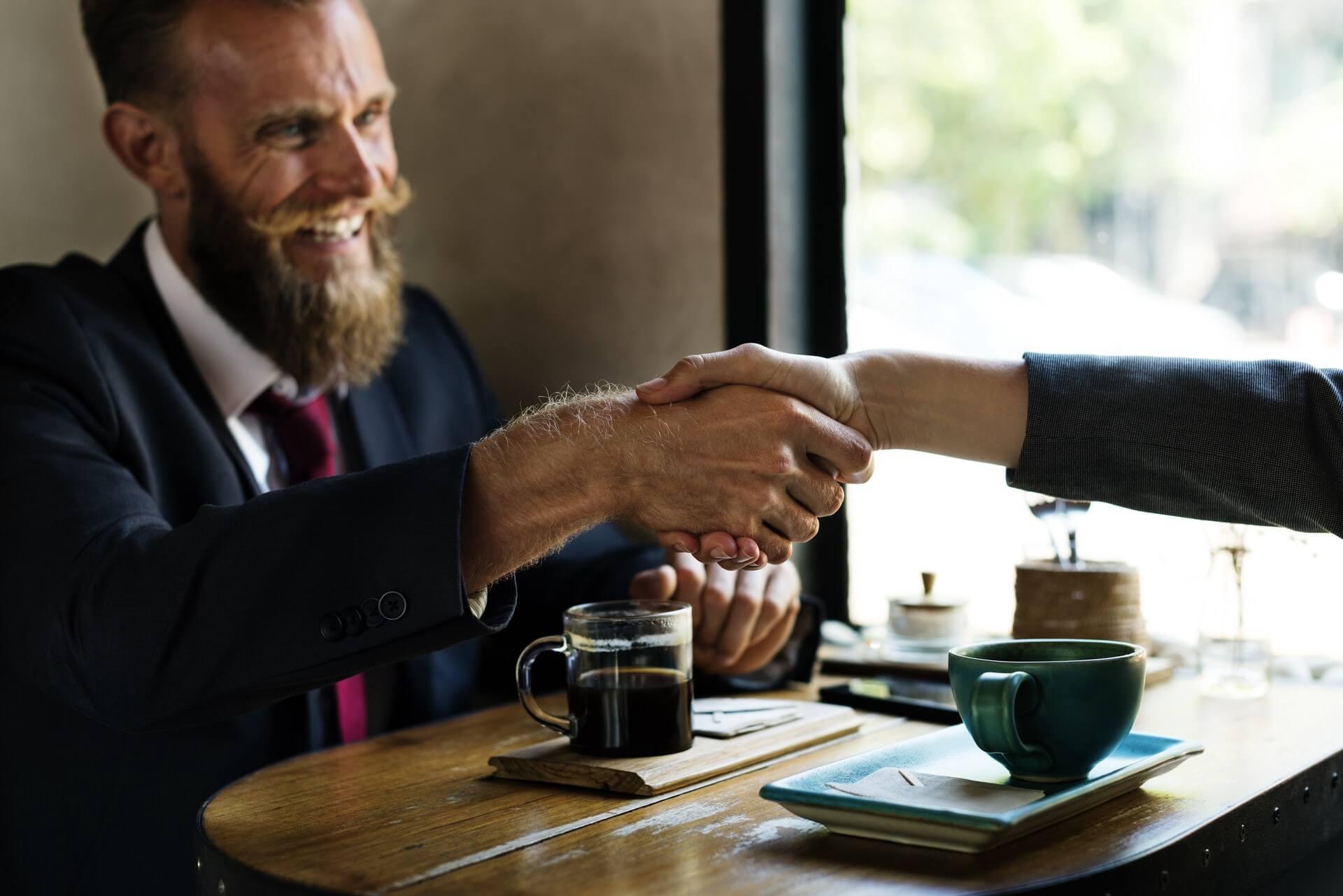 Hombre con barba haciendo una entrevista