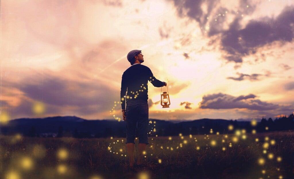 hombre con candil recordando las frases para recordar que la vida es bella