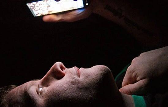 hombre que sufre insomnio tecnológico