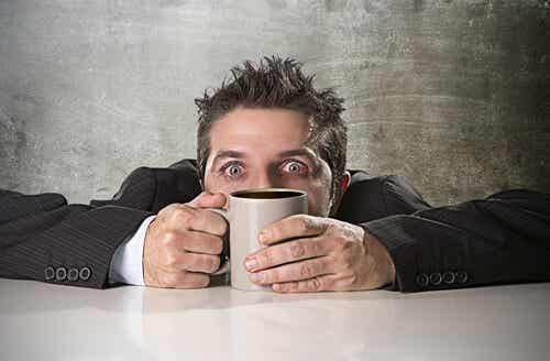 ¿Cómo se produce la intoxicación por cafeína?
