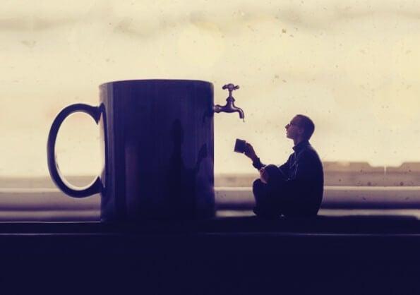hombre ante taza gigante teniendo experiencias visionarias
