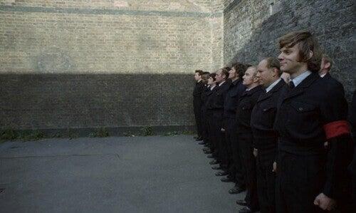 Hombre de pie de espaldas a la pared
