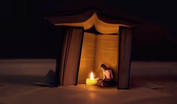 hombre entre libros teniendo experiencias visionarias