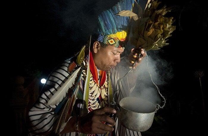 Hombre haciendo ritual